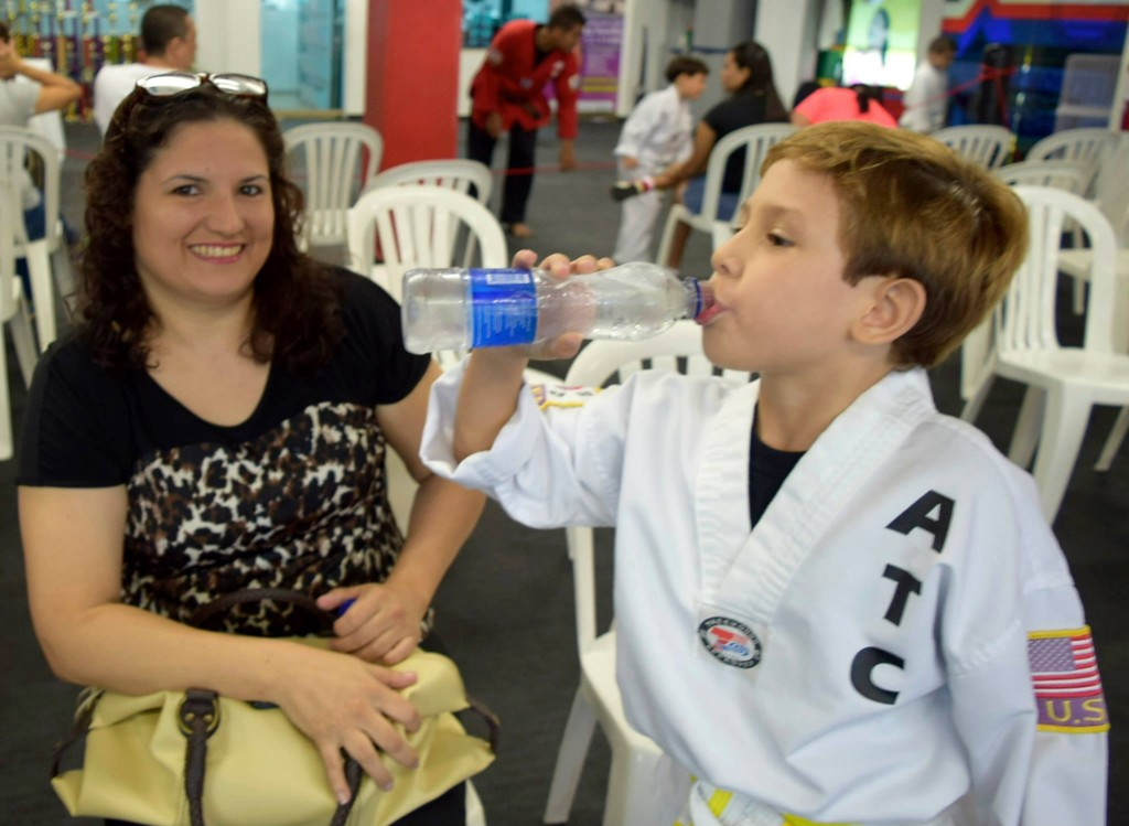 Alumnos de ATC hidratándose durante su Examen de Cinturones