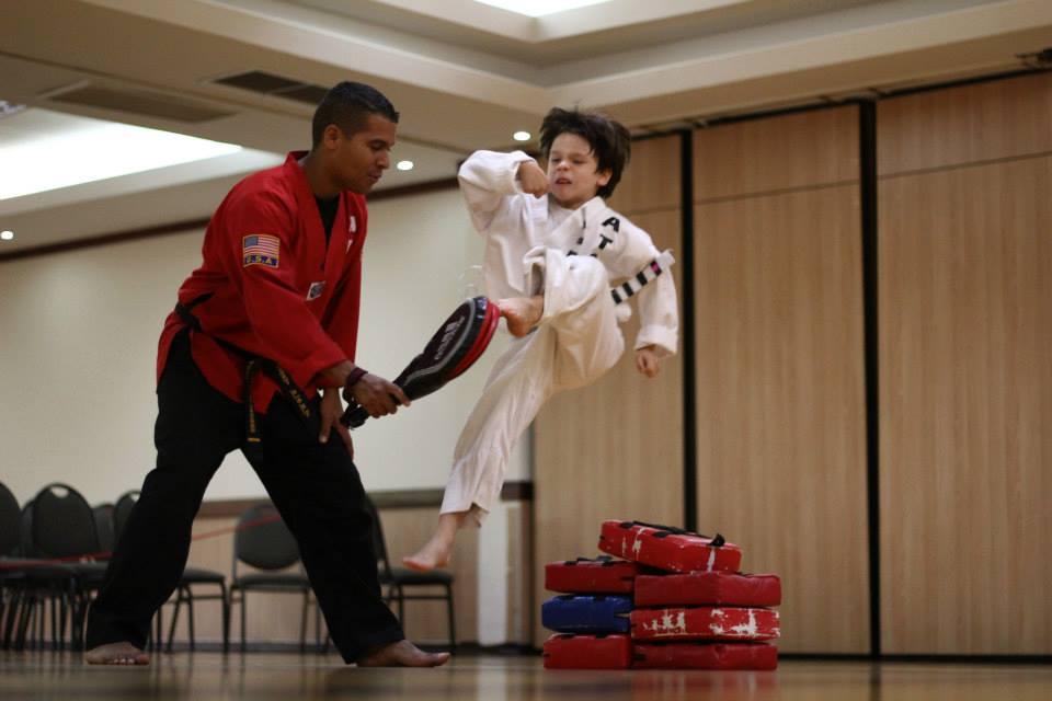 Patada de frente en el aire demostrada por uno de nuetros alumnos de American Taekwondo Center durante un examen de ascenso.