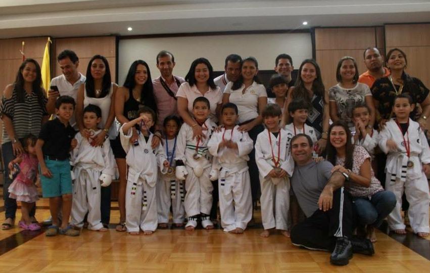 Un muy feliz y satisfecho grupo de padres e hijos en las Olimpiadas ATC anteriores