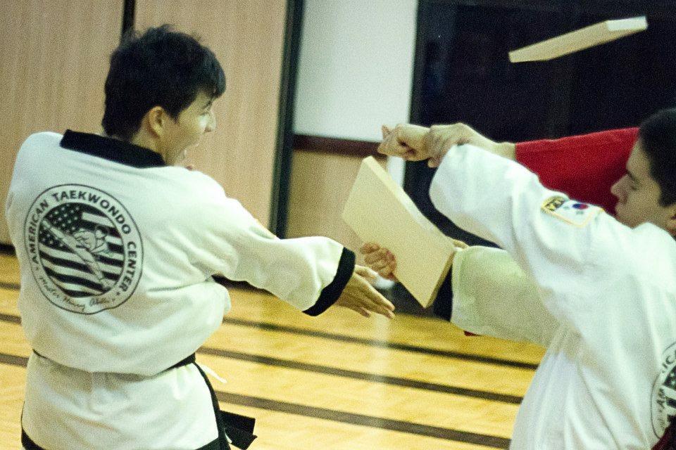 El Rompimiento de Tablas es una de las pruebas que hacen los alumnos avanzados de American Taekwondo Center