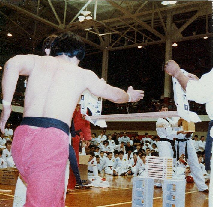 Grand Master Choi demostrando sus increíbles habilidades en el taekwondo.