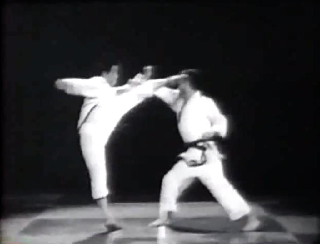 Grand Master Choi ejecutando una patada lateral a manera de contra ataque a la cabeza del oponente