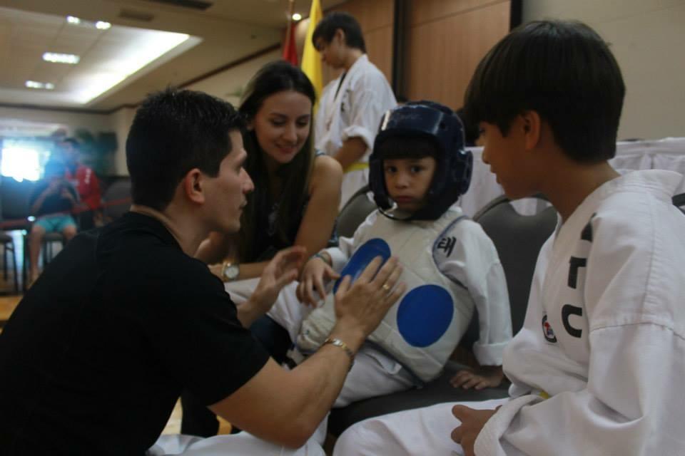 Uno de nuestros papás de American Taekwondo dándole consejos a su pequeño en las pasadas Olimpiadas ATC