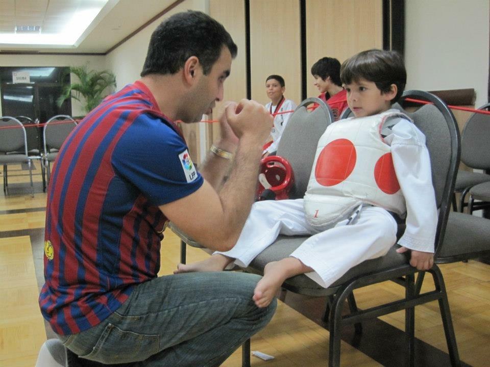 Un papá le recuerda a su hijo la importancia de mantener la guardia arriba durante la segunda ronda