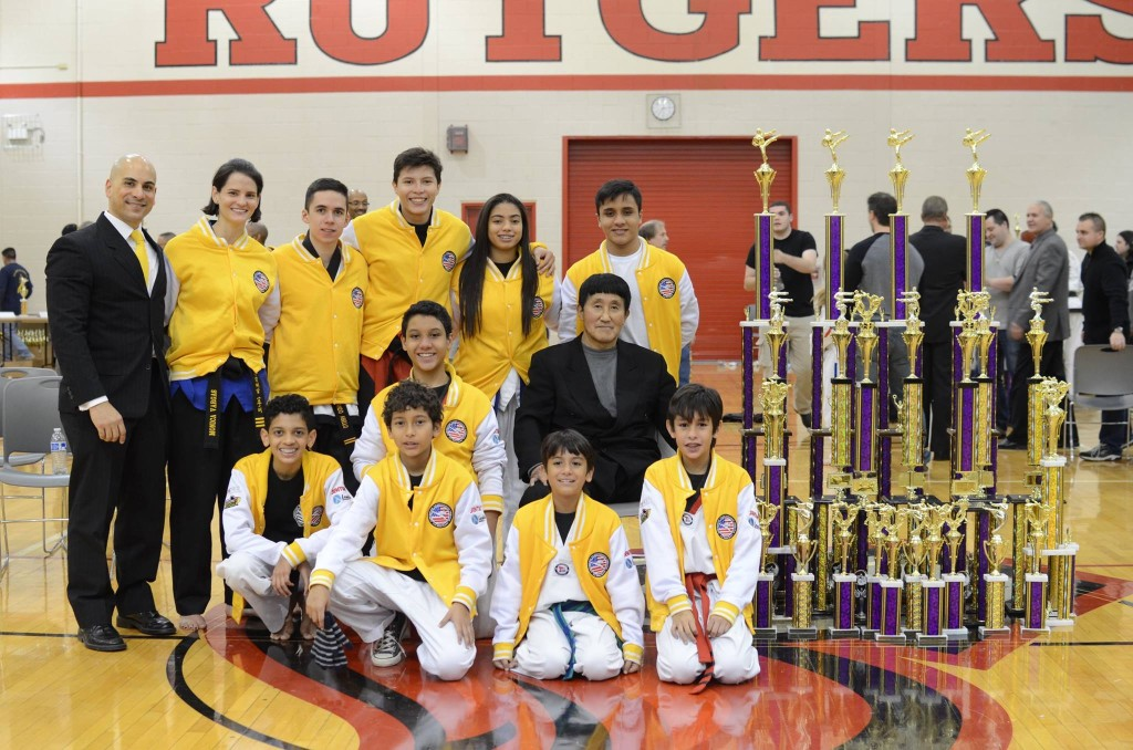 Una de las tres ocasiones en las que nuestro equipo de barranquilleros viajaron a EEUU para representar orgullosamente a American Taekwondo Center. En la foto se encuentran con los títulos obtenidos junto a Grand Master Choi.