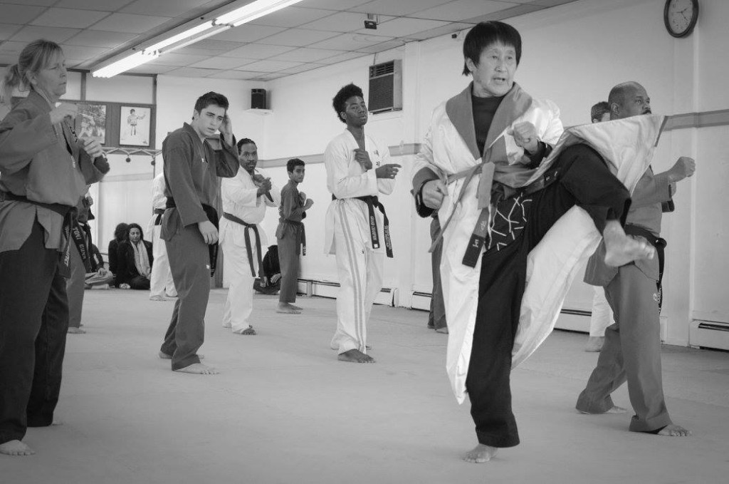 """Con más de 75 años, Grand Master Choi aún entrena a diario, dice que """"el día que deje de hacerlo es el día que muera""""."""