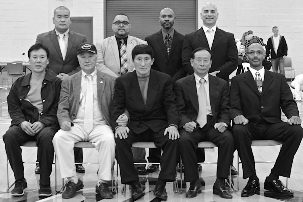 Grand Master Choi y sus invitados de honor: otros maestros sur coreanos de su generación, todos presentes en el Camponato Abierto de Artes Marciales que auspicia cada año en Nueva Jersey, EEUU. En la segunda fila a la derecha podemos ver a nuestro Maestro Henry Abello.