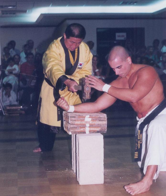 Master Henry en una de sus espectaculares demostraciones de sus habilidades en artes marciales con Grand Master Choi